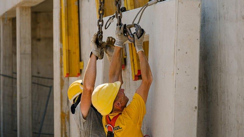 Zwei Bauarbeiter fixieren eine Betonplatte