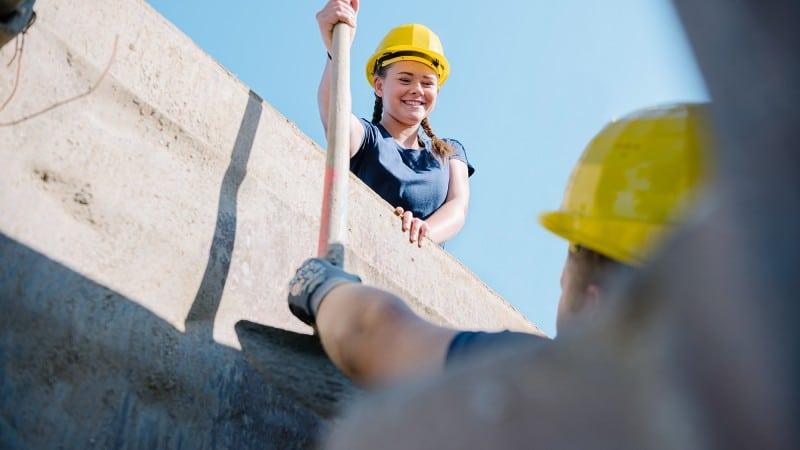 Lehre bei HABAU: Junge Frau mit Bauhelm bei der Arbeit auf der Baustelle