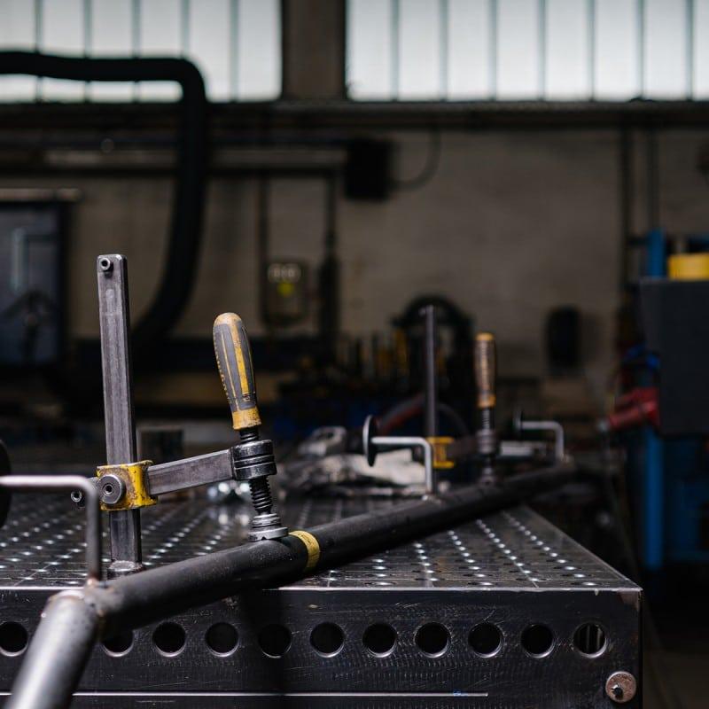 Stahlrohr in Werkstatt auf einer Werkbank