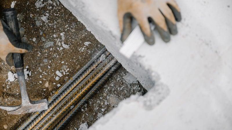 Detailansicht auf Hände bei der Bauarbeit