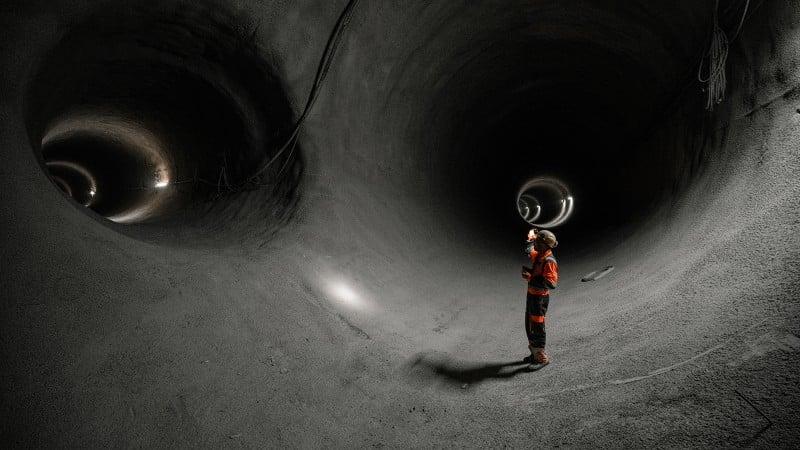 Bauarbeiter in unterirdischem Tunnel