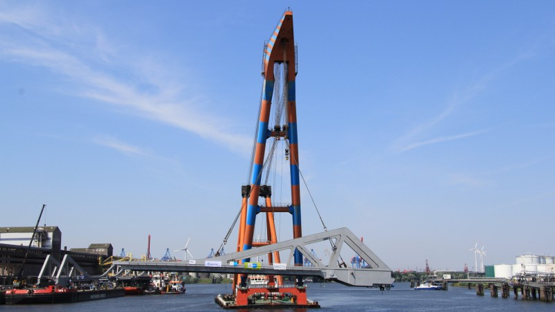MCE Retheklappbrücke, Einschwimmen eines Brückenteils © MCE GmbH
