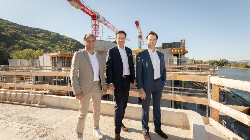 Dachgleiche The Shore. V. l. n. r.: Thomas Reicher (Geschäftsbereichsleitung HABAU, Hochbau Ost), Hubert Wetschnig (CEO HABAU GROUP), Maxim Zhiganov (CEO WK Development). © Zeiger Marketing